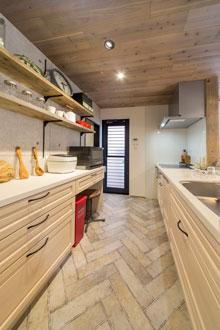 【呉市】お気に入りの素材で作るキッチン空間、デッドスペースはパントリーに