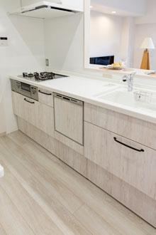 ホワイト系で統一した明るいⅠ型キッチン