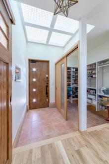 【広島市】2階の部屋から光を取り込んだ明るい玄関
