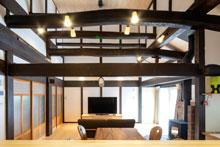 【安芸高田市】梁と薪ストーブが温もりを与えてくれる築100年の古民家