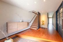 床材が美しく映える上質な玄関