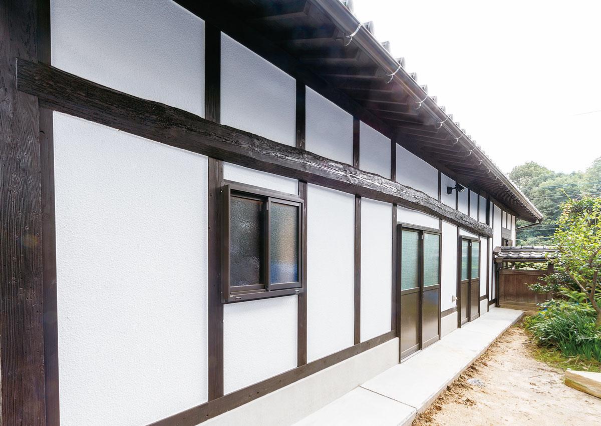 納屋の側面に横切る長い桁(けた)は建設当時のもの。