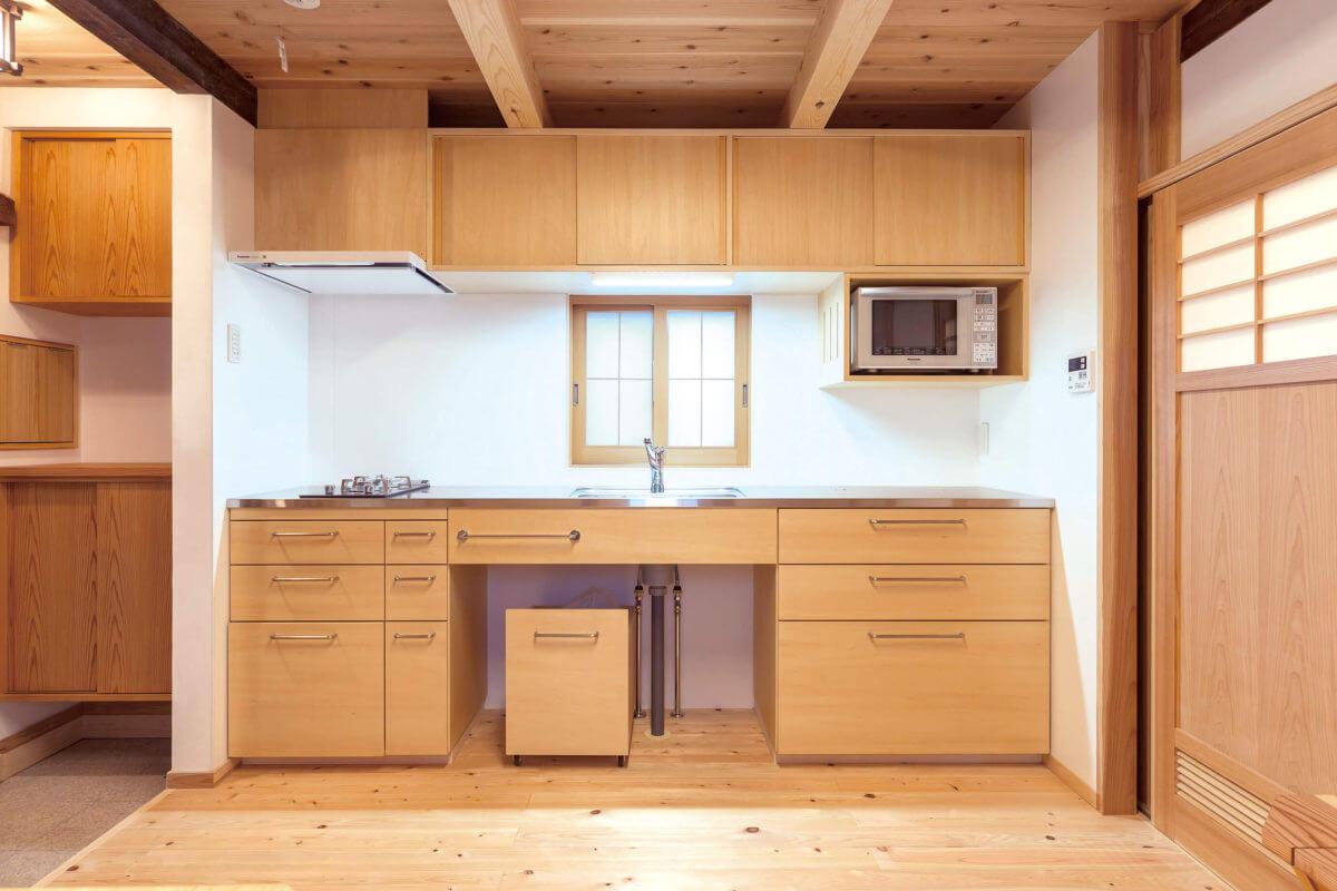 空間に合わせて寸法から設計したオーダーメイドのキッチン。壁には漆喰と不燃材が塗られています。