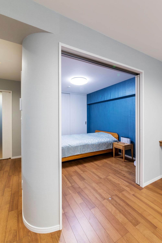 将来の介護に備えLDの一角に寝室をレイアウト。上吊り戸にして段差も解消。