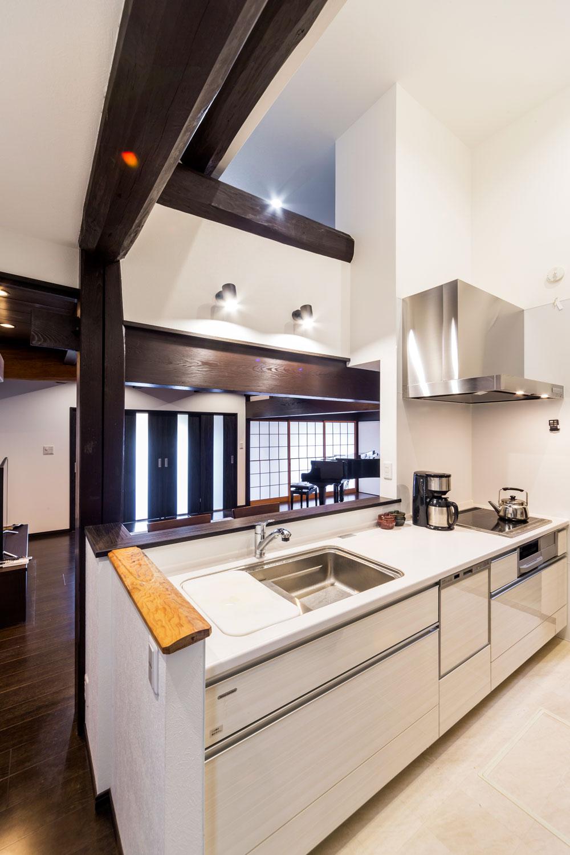 空間に繋がりが生まれるよう、ロフト部分に開口部を設けたキッチン。