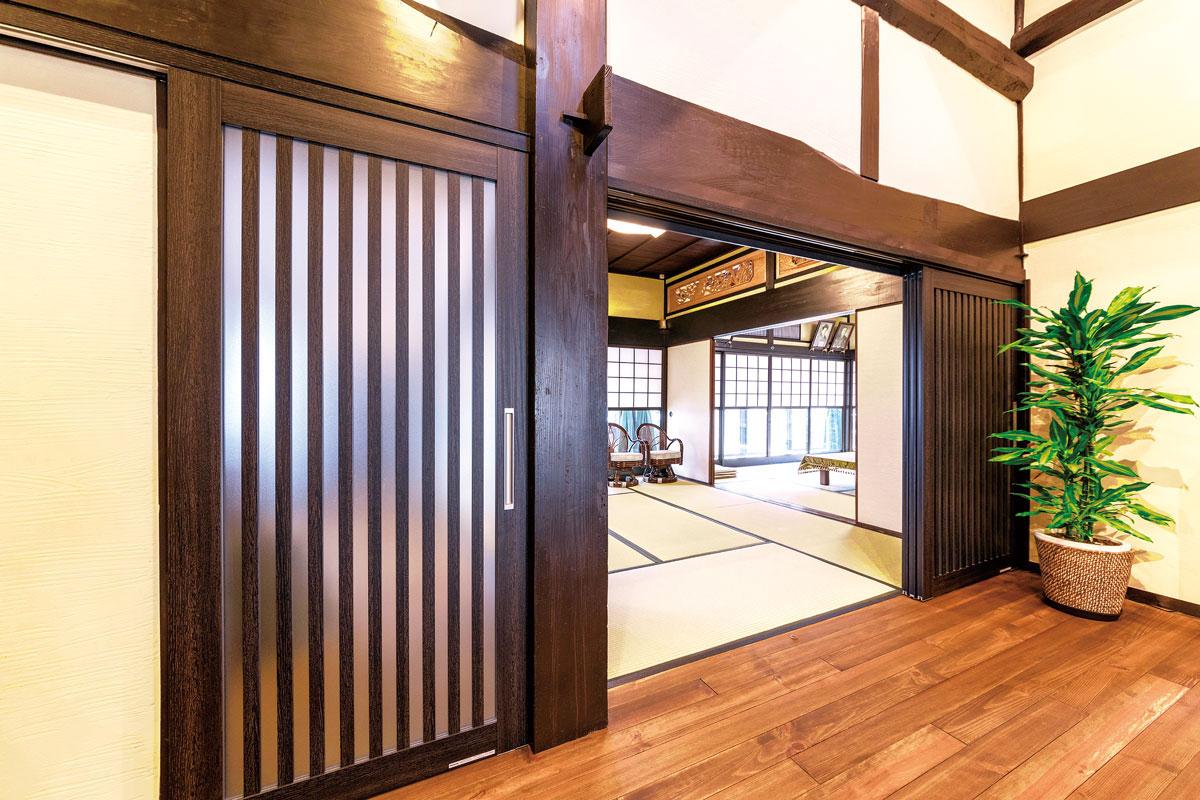和室の扉は吊戸にすることで、敷居もないフラットな床面に。