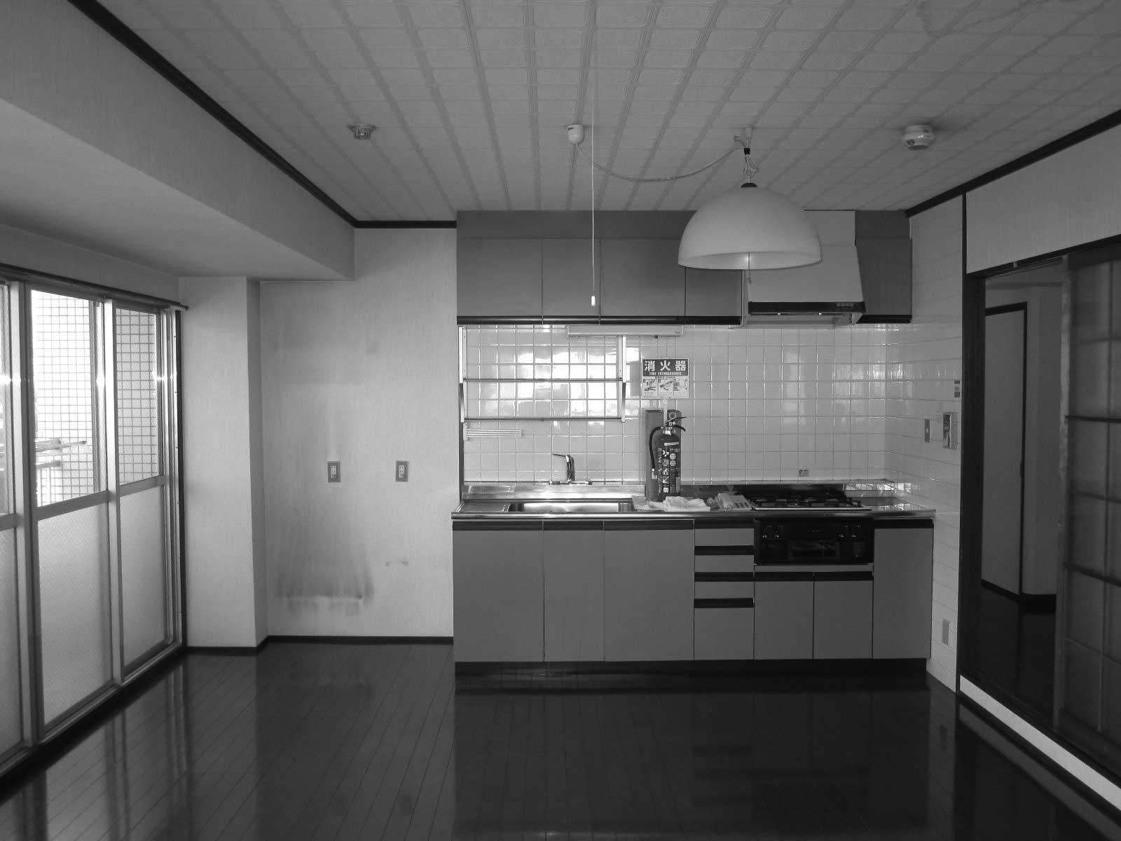 リフォーム前のDKは家の端にあり、古びた壁つけキッチンがぽつんと佇んでいました。