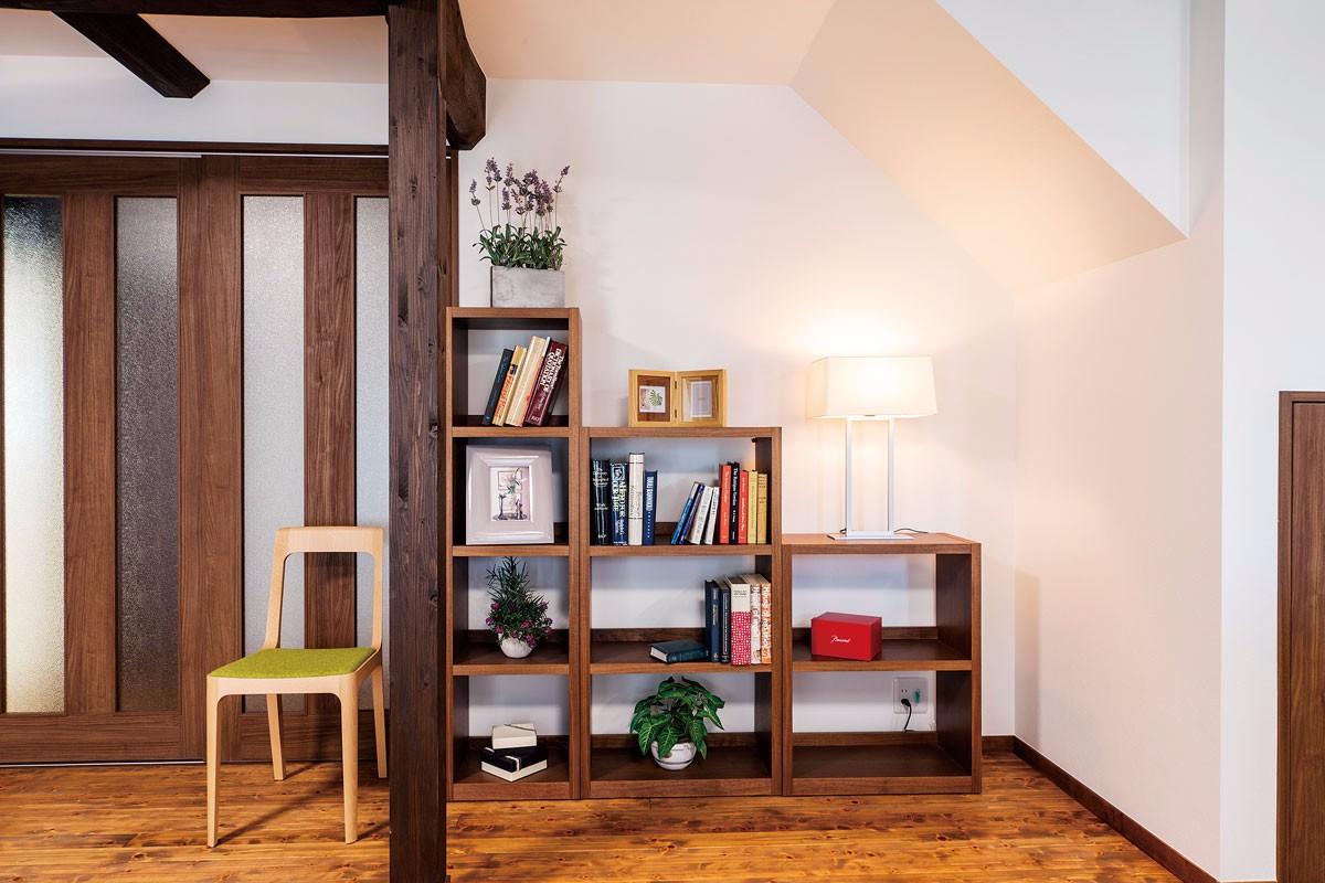 階段下の勾配に合わせたオープンの家具は、飾り棚としても使えます
