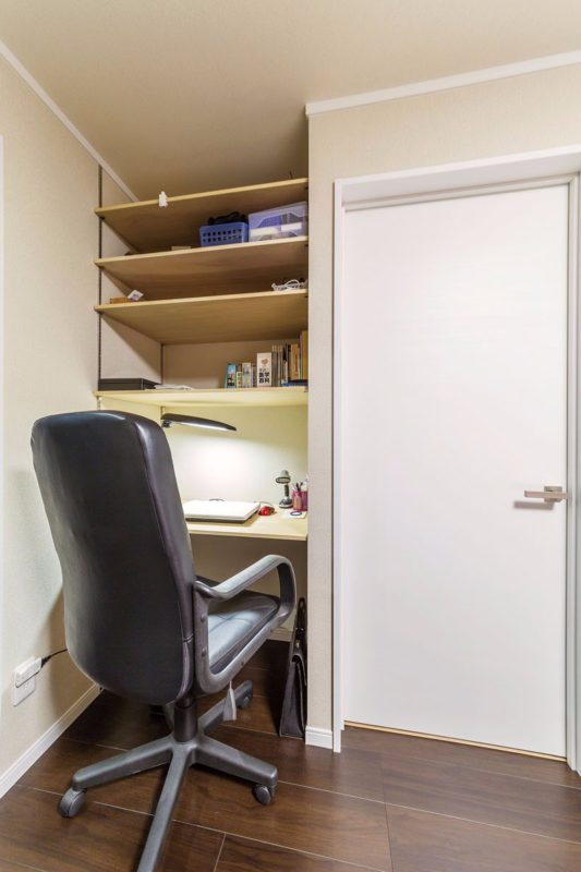 壁の奥行きを利用した書斎コーナー