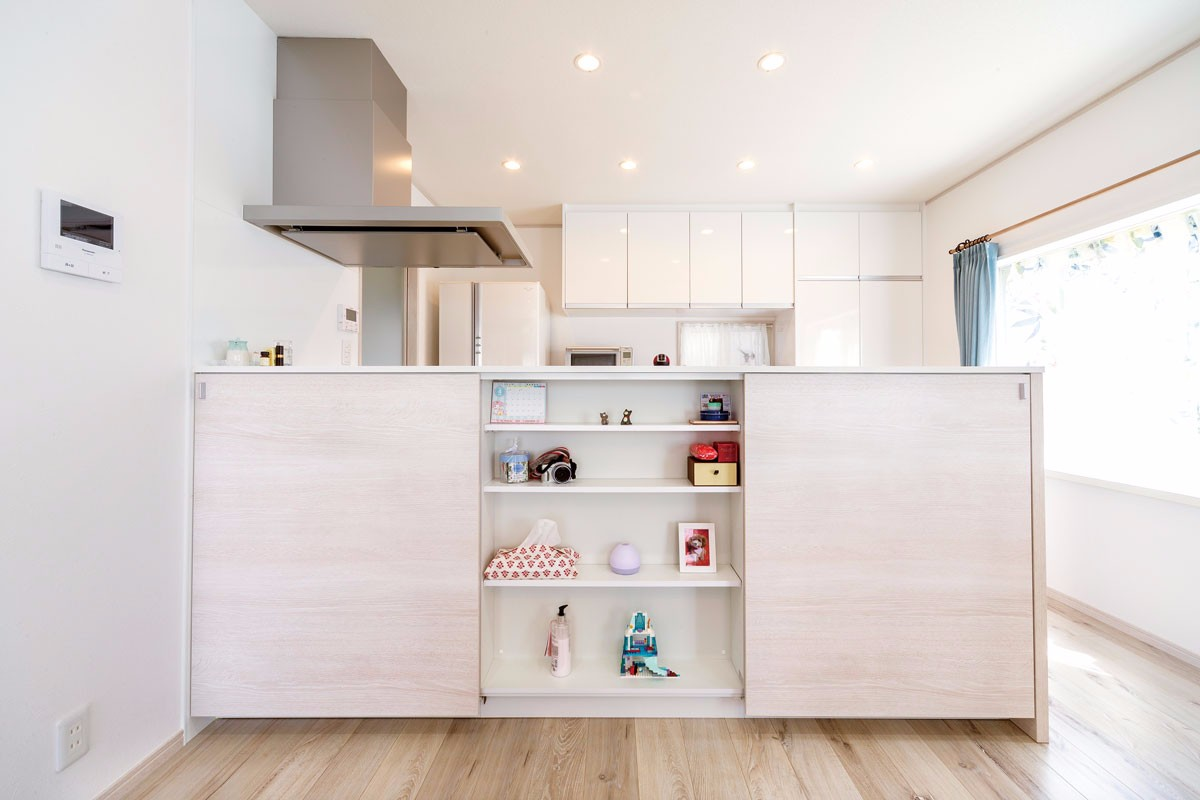 キッチンカウンターのリビング側は収納スペース。晩酌セットやダイニングテーブルで使う小物が収納でき便利