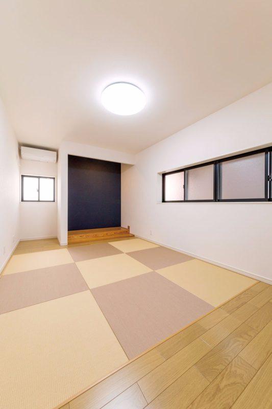 琉球畳の市松敷きでモダンな印象の寝室