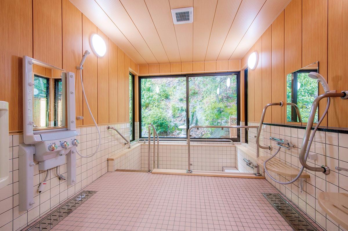 季節の訪れを感じながら、ゆっくりと入浴できる浴室