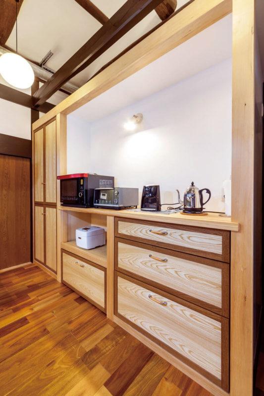 造作したキッチン背面のキャビネット。使いやすさを考えて寸法もキッチンのキャビネットに合わせています。