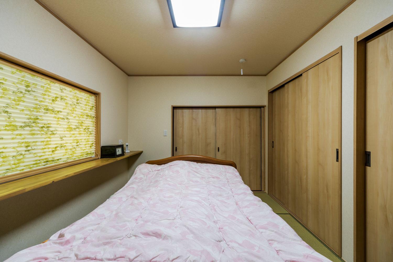寝室はたっぷりの収納と2方向の出入り口を設置。家の中をスムーズに回遊できます。