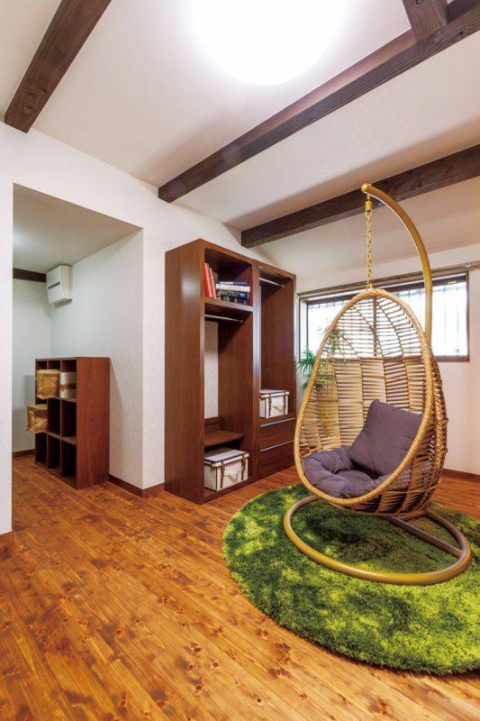 ご夫婦のプライベート空間。収納家具を置いても余裕が感じられます
