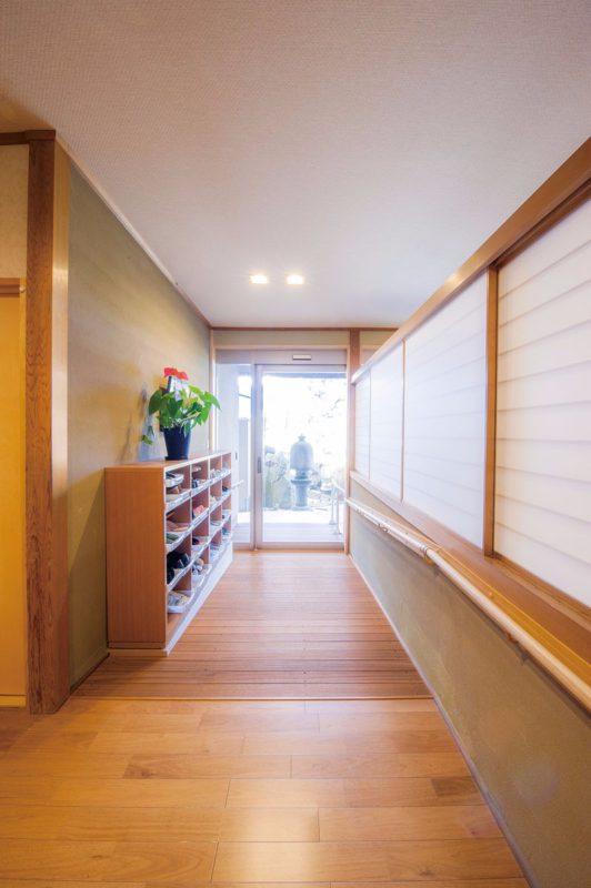 障子壁が温かみを醸し出すスロープ側の玄関