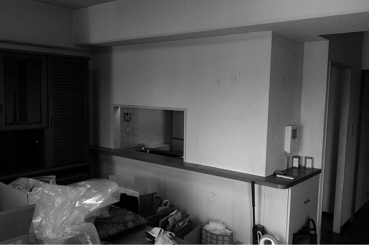 小窓が開いているだけだったキッチンは閉塞感があり、使いづらいと感じていました。