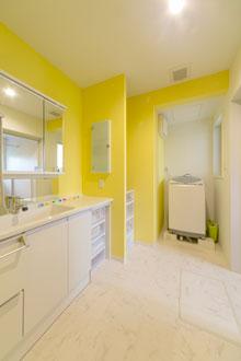 安芸郡熊野町|黄色のクロスが主役の洗面所