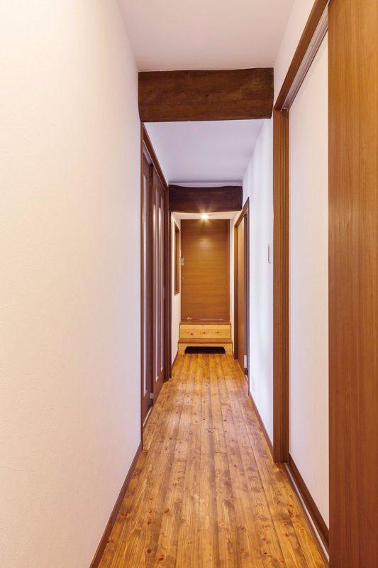 母屋への接続廊下も無垢の床。踏み段にも温かみを感じます