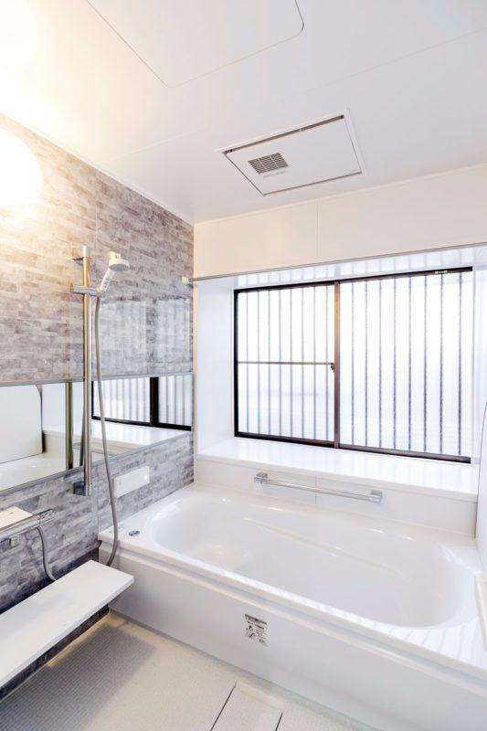 タイル貼りの寒い浴室を暖房機能付きのバスルームに