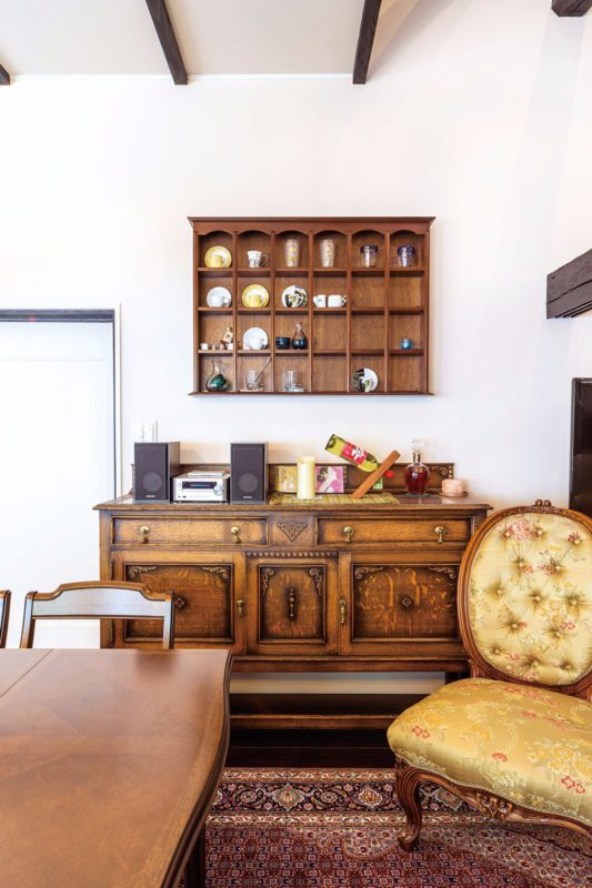 置き場所や取付位置を考えて配置されたアンティーク家具