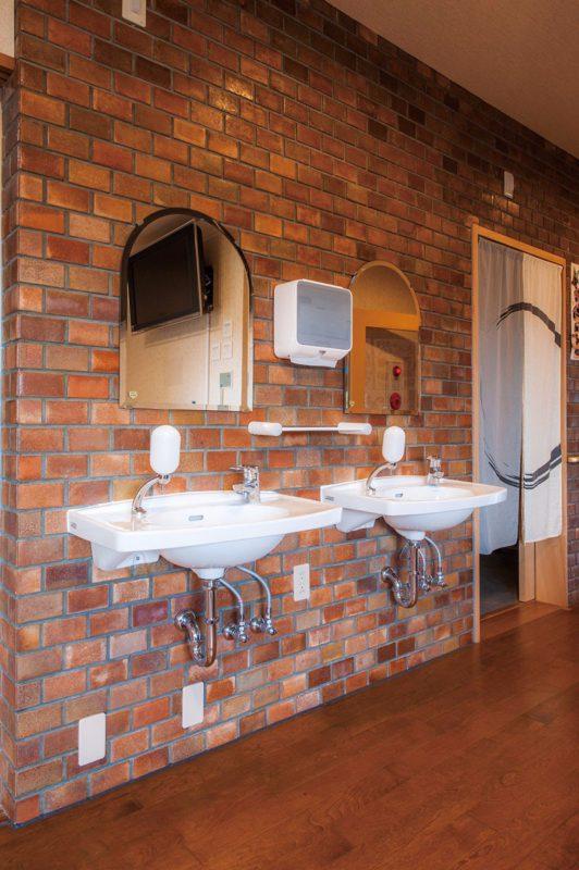 以前のままのブロック壁に洗面台がマッチ