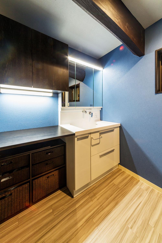 広く寒かった脱衣室は、洗面スペースを備えた快適な空間へ。
