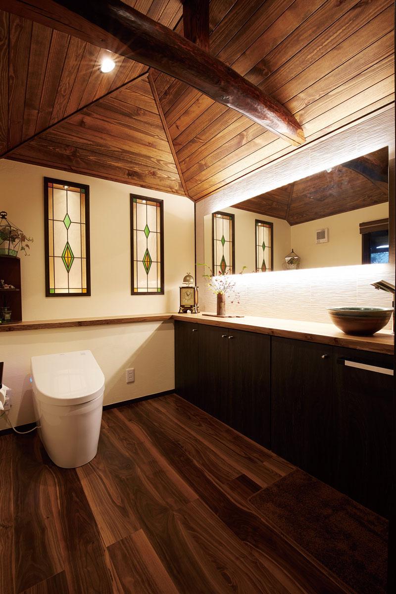 天井の梁やステンドグラスが素敵な居心地の良いトイレ空間。