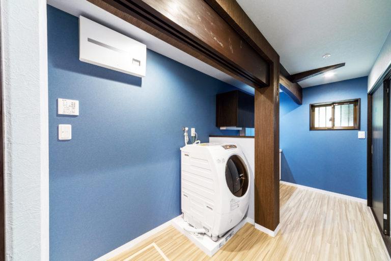 ブルーが印象的な広々洗面室