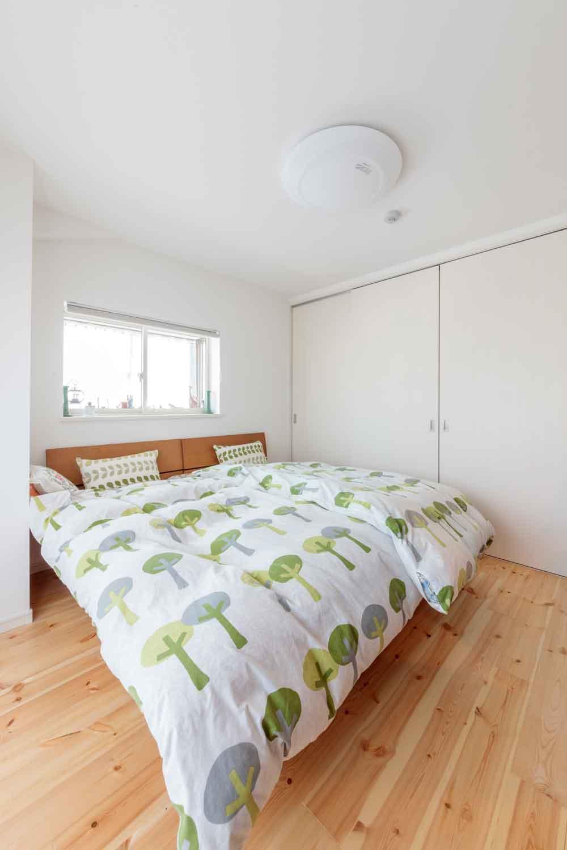 広島市|パイン無垢床に白いインテリアの寝室