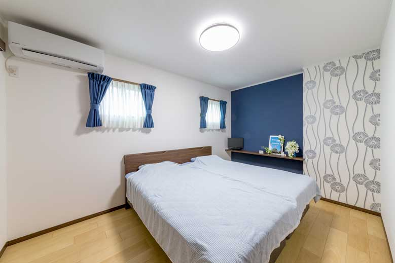 東広島市|ネイビーでまとめた大人の寝室