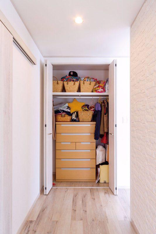 リビング入口のクローゼットには、お出かけに使うものを収納