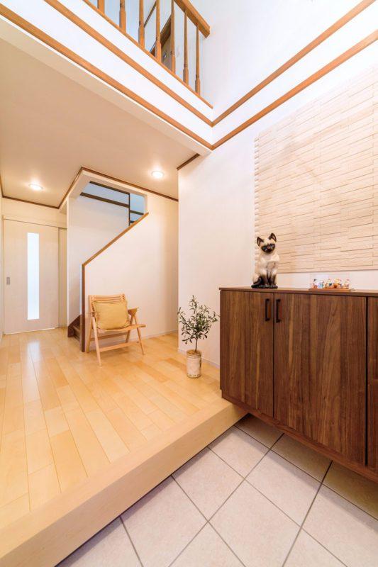 玄関の間取りはそのままに床と壁クロスを変更。壁にはエコカラット