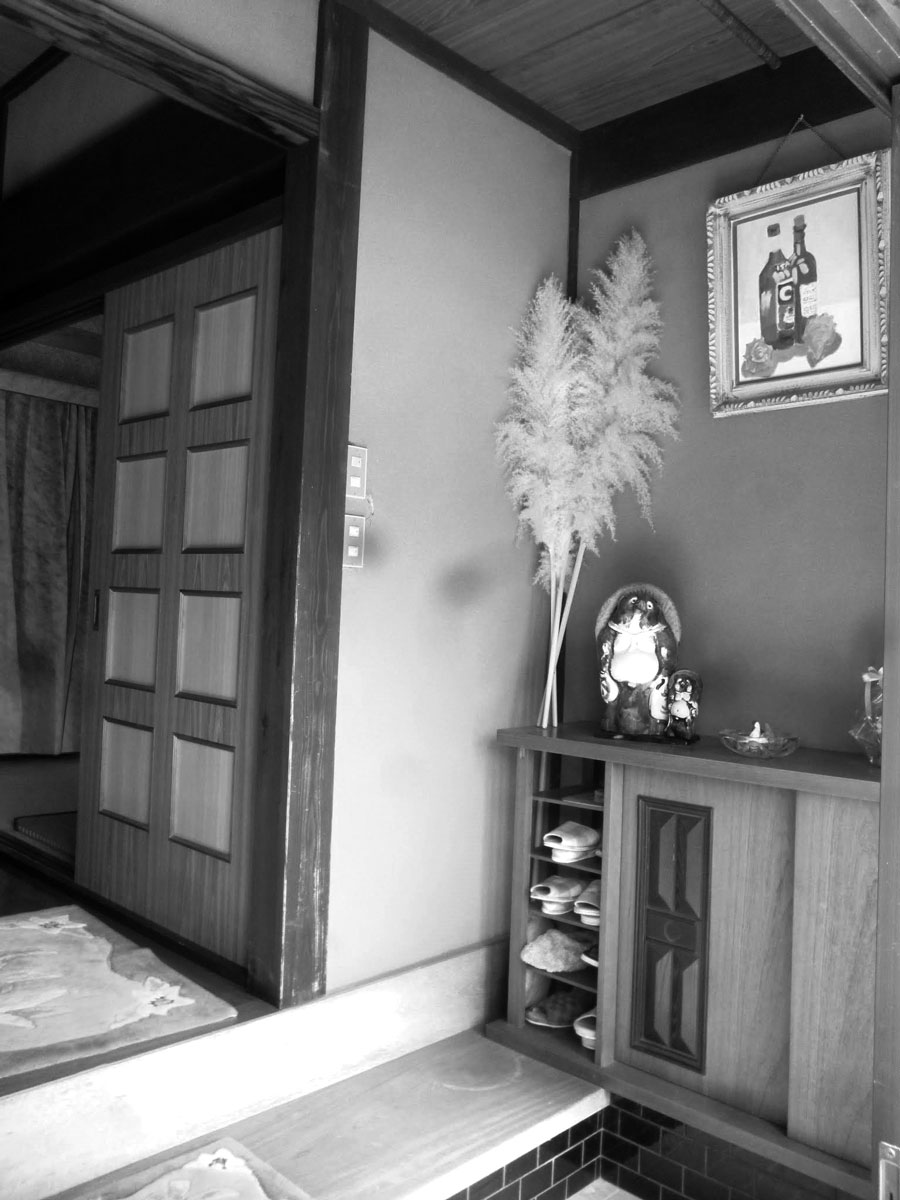 間口は広かったものの、収納が少なく使い勝手の悪かった以前の玄関。