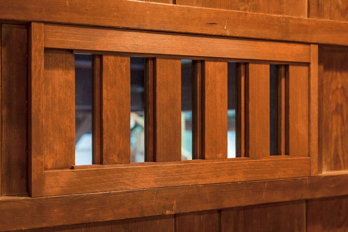 蔵戸に設けられた換気窓は、無双窓といわれる伝統工法によるもの。スライドすると網戸になります。
