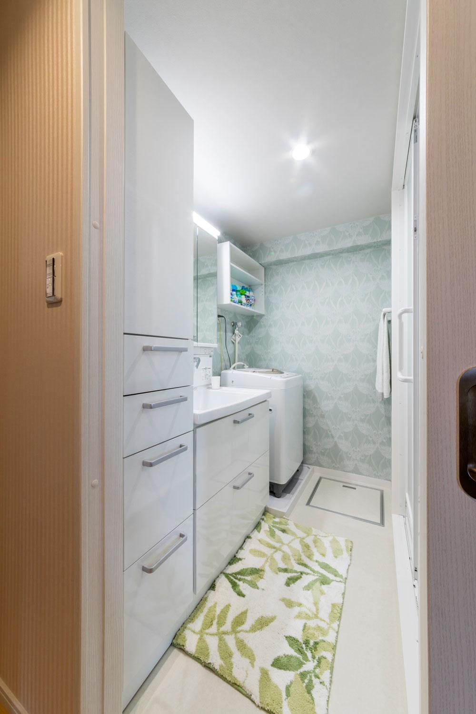 お手入れしやすい最新の洗面。床下配管が整理できたのもスケルトンならでは。