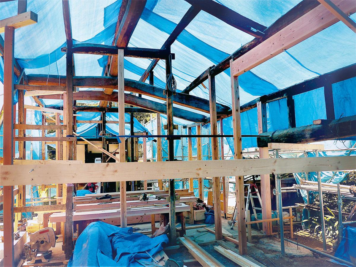 修復中の様子。天井を剥がし、構造を保護しながら慎重に進められました。