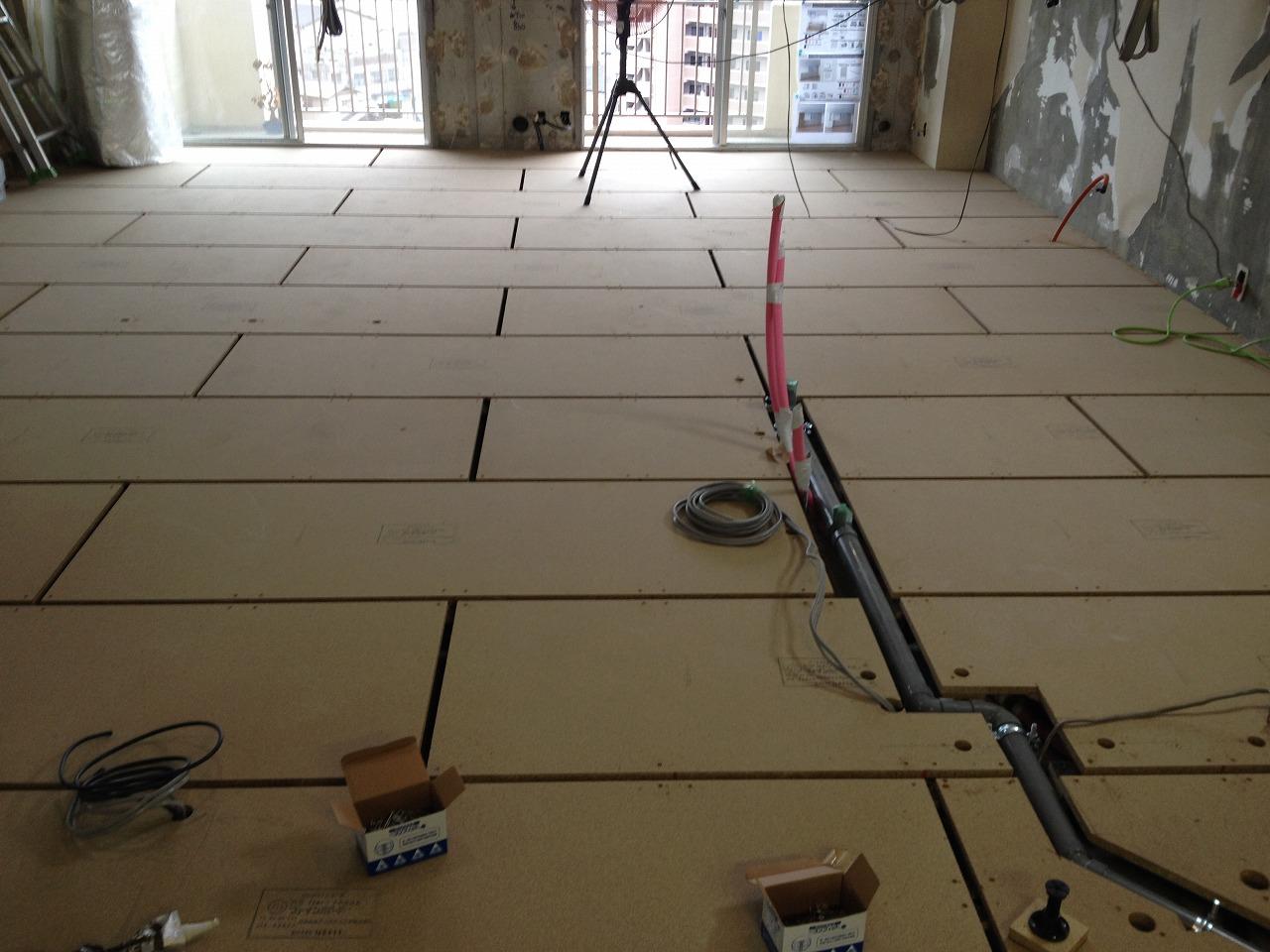 フリーフロアを張り、床のフローリングを仕上げていきます