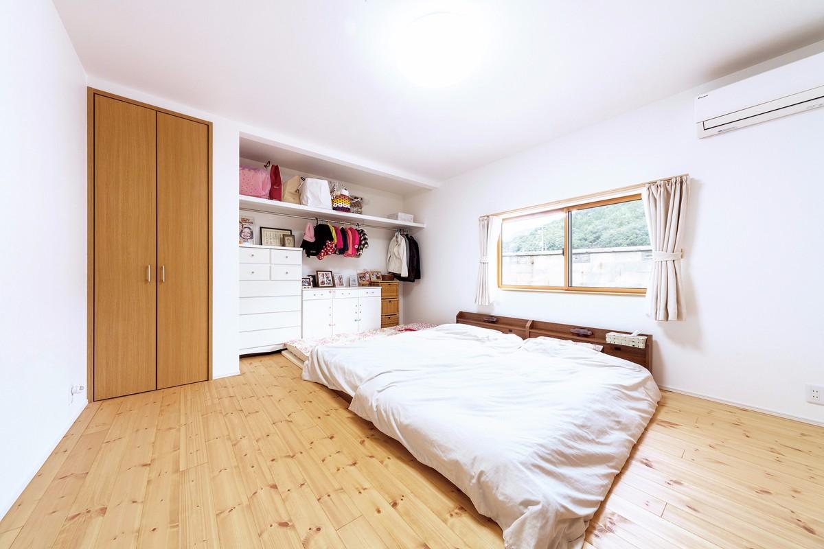 寝室の収納は、あえてオープンにして「見せる収納」に