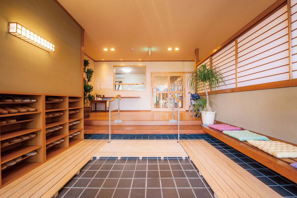 玄関の正面に管理室。奥を仕切るガラス引き戸は造作