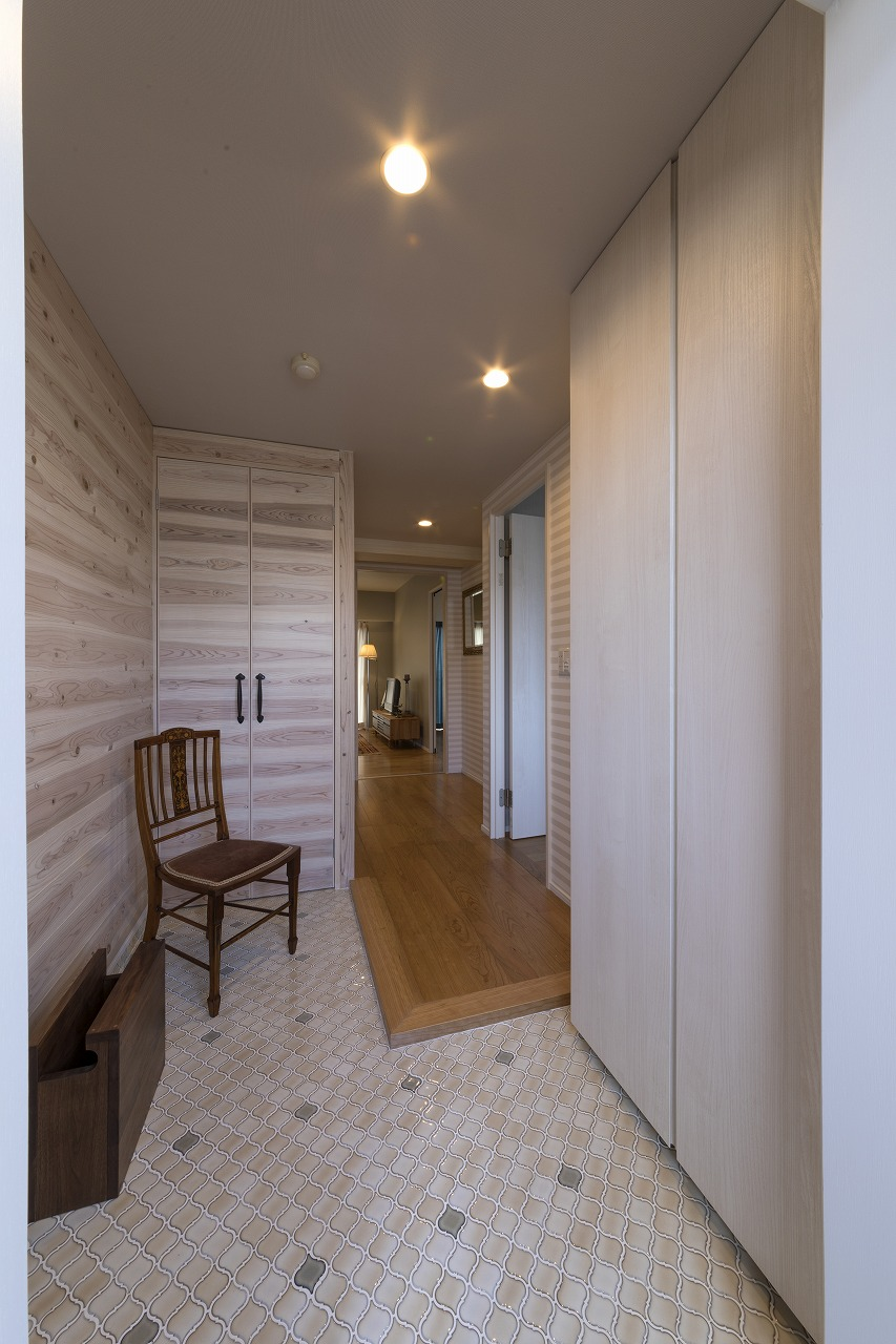 コラベルタイルでキュートな玄関は収納も一工夫