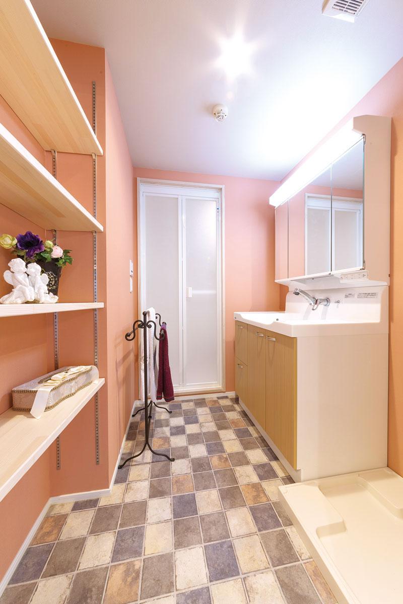 サーモンピンクに包まれたフェミニンな洗面室