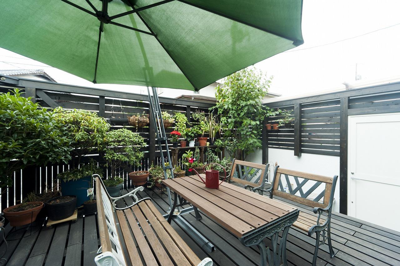 手入れの負担を軽減するため、リビング前の庭をウッドデッキに変更。フェンスを設けて外部の視線もカット。