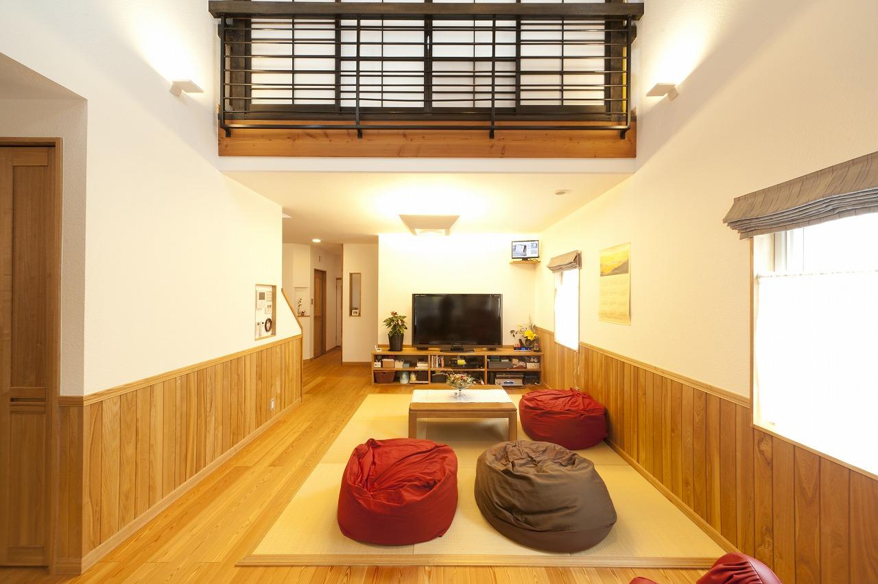 床にはナラ無垢材、腰壁はタモ無垢材、その上にはウッドチップクロスを敷き詰め自然素材に囲まれたリビング。