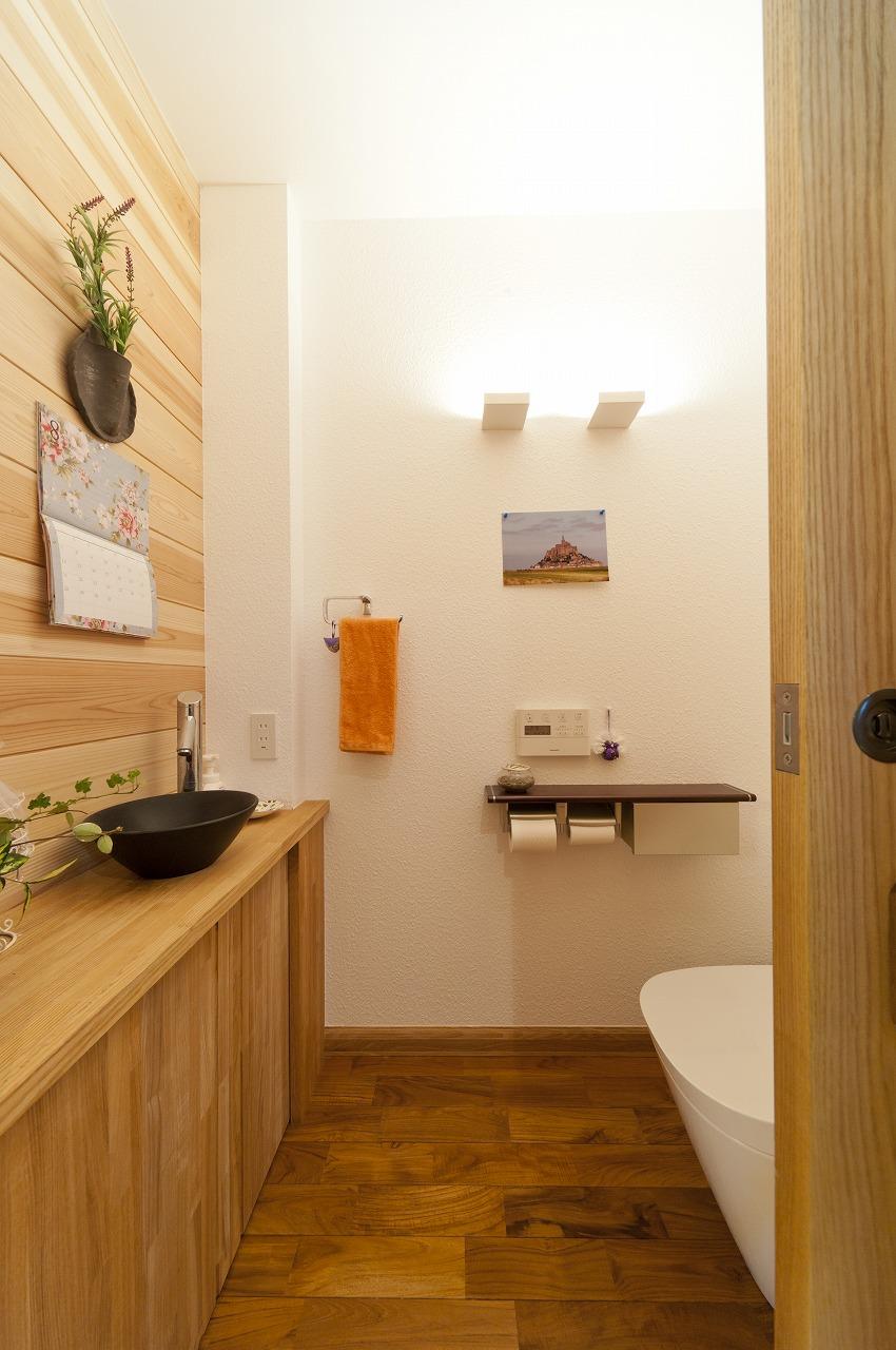 トイレは扉を引き戸に変更し、造作でカウンターを設け、杉板張りで仕上げました。
