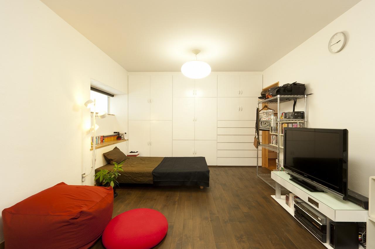 2階の和室は間仕切りを取り払い、壁面収納を塗り替えてワンフロアの洋室にしゲストルームに。