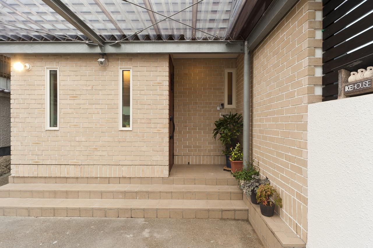 玄関周りの壁は職人の技術を生かした煉瓦積みに。頑丈で最高レベルの断熱性を持ち、メンテナンス要らず。