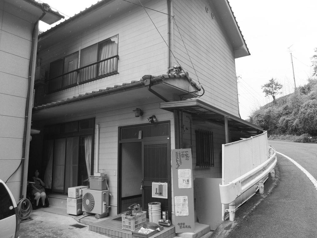 一般的な住宅の玄関で、経年劣化もありました。