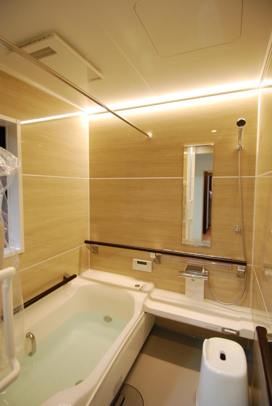 保温機能の高いシステムバス。断熱も施して、冬の入浴も暖かく。