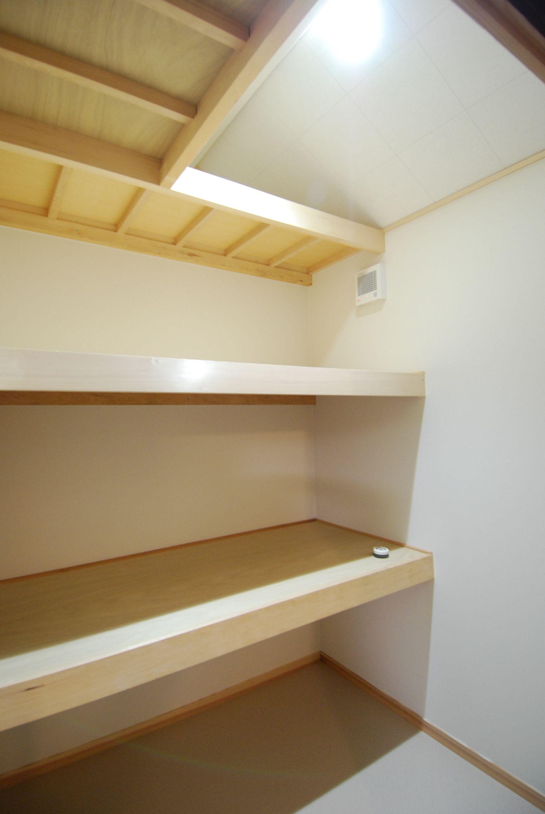 廊下の突き当たりには、棚板を3段設置した大型のクローゼットつくりました。